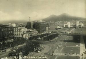 Napoli, piazza Municipio e Vesuvio