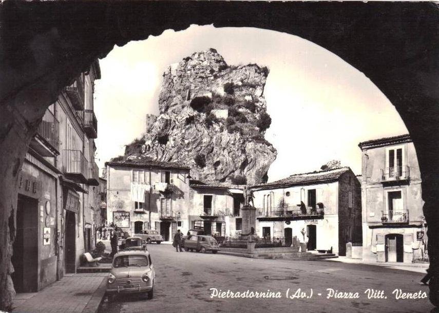 Pietrastornina (Av), piazza Vittorio Veneto
