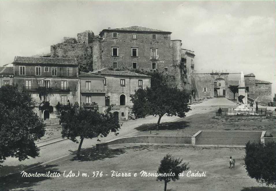 Montemiletto (Av), Piazza e Monumento ai caduti