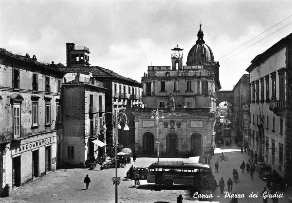 Capua (Ce), Piazza dei Giudici e corriera