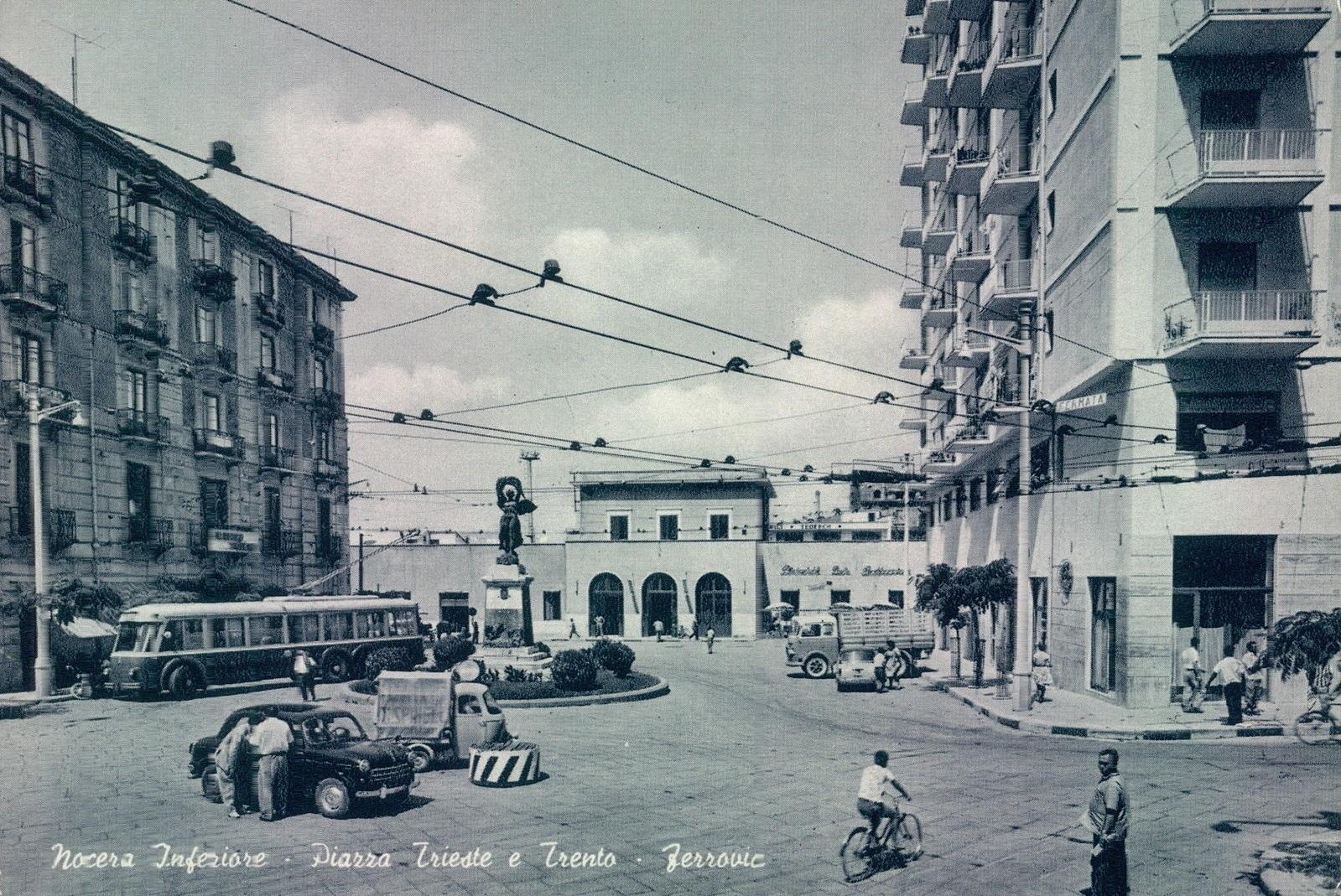 Nocera Inferiore (Sa), piazza Trieste e Trento, con filobus
